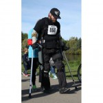paraplegic-man-races-on-mechanical-legs